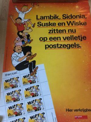 Poster Lambik Sidonia zitten op een velletje postzegels