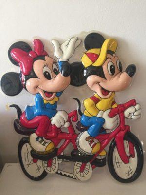 Mickey en Minnie Mouse op tandem