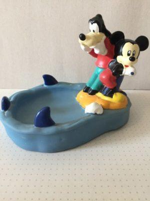 Mickey Mouse en Goofy bij water en haaienvinnen