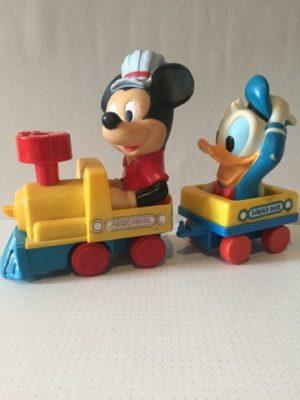 Mickey Mouse en Donald Duck in locomotief met karretje
