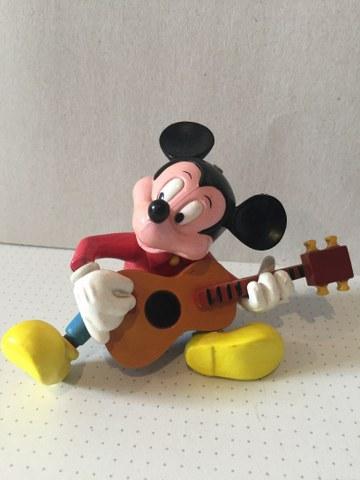 Mickey Mouse speelt gitaar