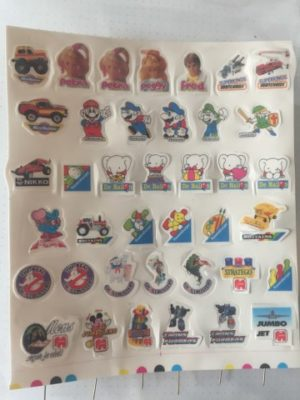 Blad met 39 speldjes diverse Items